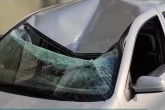 Betonkockát dobhattak egy autóra Egerben a háztetőről