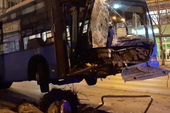 Csúnya buszbaleset vasárnap hajnalban a Rákóczi úton