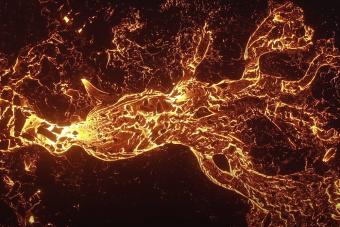 A maga pokoli módján gyönyörű ez a vulkánkitörésről készült drónvideó