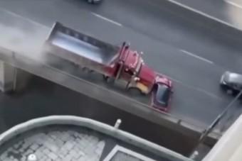Elképesztő videón, ahogy a dömperes rendületlenül tolta maga előtt a Minit