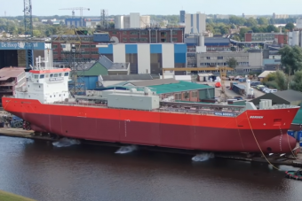 Hatalmas csobbanással kerülnek vízre óriási hajók