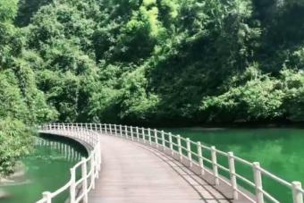 Érdekes élmény lehet ráhajtani erre a vízen lebegő útra