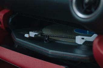 Streaming helyett bakelit, ebben a Lexusban pörög a fekete lemez