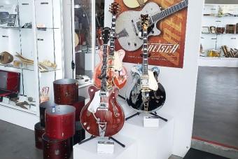 Ikonikus zenészek legendás gitárjait árverezték el