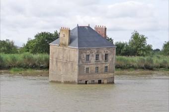 A frászt hozza mindenkire a folyó közepén lévő ház