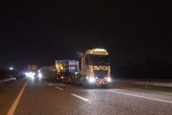 84 méter hosszú szállítmánnyal mentek az autópályára