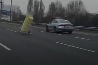 Rakományával rohangált egy férfi az M1-M7-bevezetőn az autók között