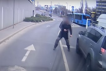 Dühöngő őrült üldözött egy autóst Budán, a szélvédőjét egy mérőszalaggal törte be