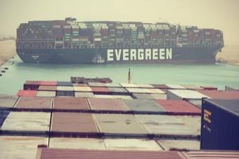 Zátonyra futott a világ egyik legnagyobb teherhajója a Szuezi-csatornában