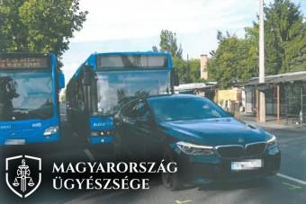 Büntetőfékezett a busz előtt, vádat emeltek ellene