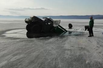 Két teherautót nyelt el a világ legmélyebb tava