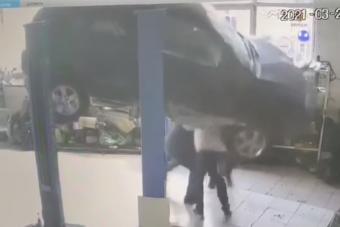Ezt a videót látva óvatosan állsz be egy felemelt autó alá