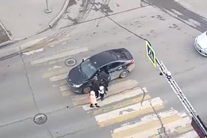 Majdnem elgázolták a lányával siető férfit a zebrán, felpofozta a sofőrt