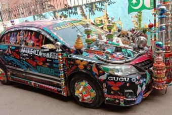 Ez a Toyota már inkább guruló színes szobor, mint használható autó