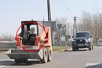 Gyerek vezetett bobcatet a dabasi forgalomban, apja büszkén követte