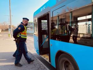 Rengeteg intézkedést hozott a rendőrök buszrazziája