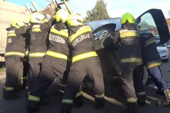 Sofőrrel együtt állították talpra a felborult autót a tűzoltók