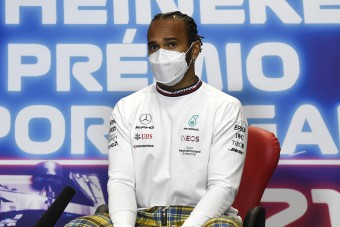 F1: Újabb kínos helyzetbe került Hamilton