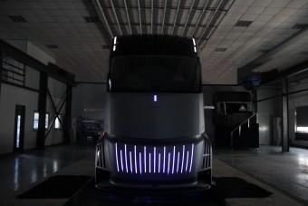 Itt van Kína válasza a Tesla vontatóra