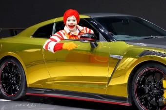 Sportautó jár a hamburger mellé