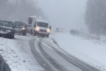 Az ország egy részén olyan havazás van, hogy autók, buszok akadtak el