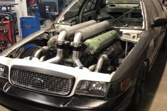 A V12-es tankmotorral szerelt Ford igazi csemege a szemnek és fülnek