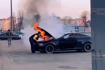 Túl jól sikerült gumiégetés: az egész BMW-t elnyelték a lángok