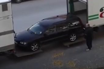Ahogy két kamionos bevarázsolja ezt az autót a raktérbe, arra nincsenek szavak