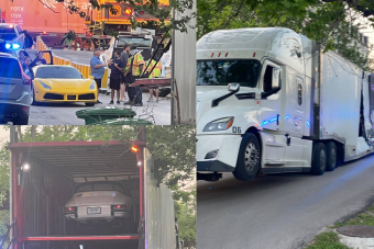 Drága sportkocsikkal pakolt kamionnak ütközött egy vonat