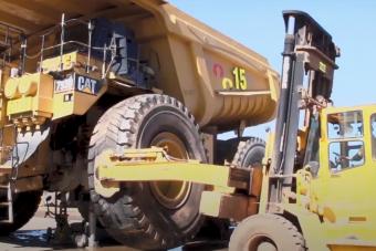 Így cserélik ki egy bányadömper négytonnás kerekét
