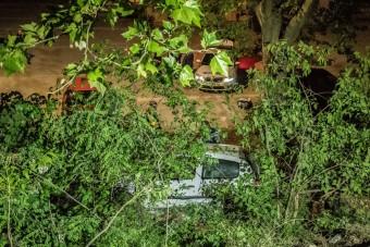 Bizarr baleset Debrecenben: egy autó a rendőrség udvarára zuhant