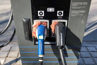 Darált húst tömtek egy villanyautó-töltőbe Münchenben