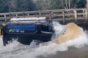 Vakmerő sofőrök sorra ölik meg autóikat ebben a mély pocsolyában