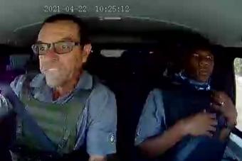 Így vezet egy profi, miközben meg akarják ölni