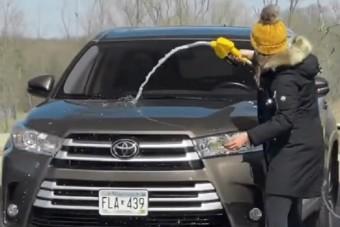 Nem hisszük el, ez a nő összekeverte a tankolást az autómosással