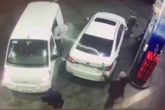 Tankolás közben akarták ellopni az autóját, a töltőpisztoly lett az önvédelmi fegyver