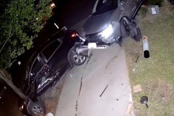 Részeg autós szállt bele a feleség autójába és a házba, majd simán elhúzott