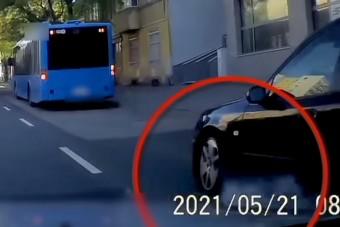 Álló BKV-buszba csapódtak Budapesten, videóra vették