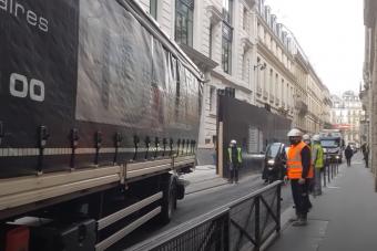 Le a kalappal: profi módon állt be lehetetlen helyre a kamionos