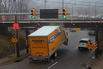 Konzervnyitóként skalpolja a teherautókat egy híd