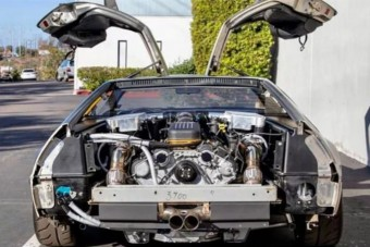 Ez a DeLorean kapott egy dupla turbós motort, aminél jobb nem is történhetett volna vele