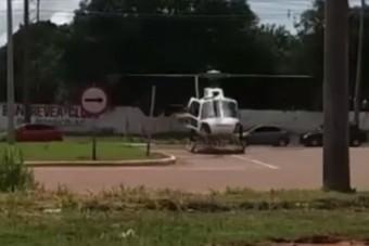 Pörgő rotorral állt a helikopter az út mellett, aztán jött egy teherautó