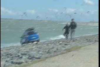 Elfelejtették a kéziféket, a tengerben kötött ki a Dacia