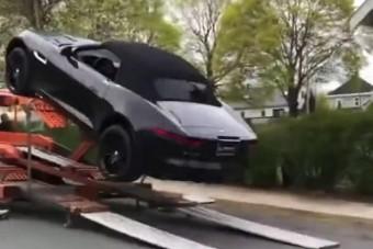 Nagy csattanóval ért földet a tréleren hozott Jaguar