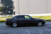 Ha akarsz borzalmas BMW-t látni, akkor nézd meg ezt az M7-est 2