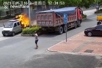 Lángoló teherautó állított be a tűzoltókhoz Kínában