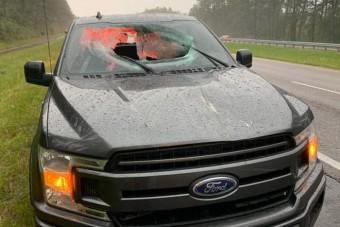 Villámcsapás repítette át az aszfaltot egy autón