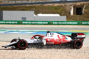 F1: Räikkönen ütközött, elterelődött a figyelme