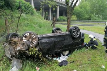 Lezuhant egy autó az M1-esről Győrnél