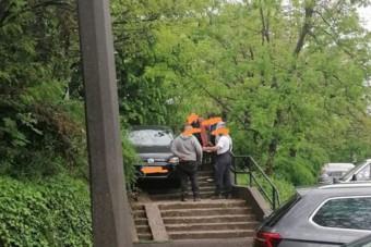 A miskolci temető lépcsőjén akart lejönni autóval